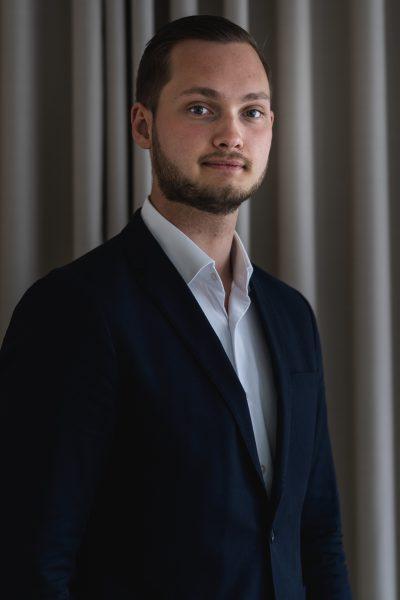 JOHAN GUNNARSSON -  Johan gick som stridsfartygs motorman i Karlskrona, uppvuxen i Tingsryd men bosatt i Växjö dem senaste fyra åren, Han har gått på teater i sju år.
